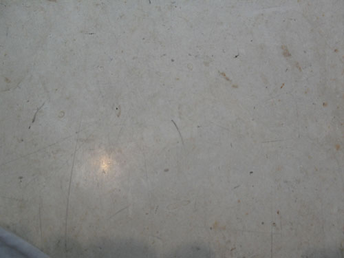 Мрамор покрыт мелкими царапинами