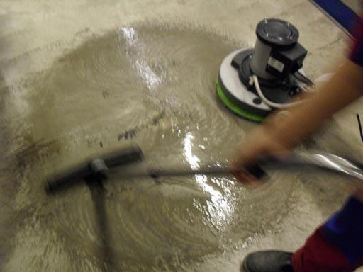 Удаляем грязь водососом чтобы увидеть результаты работы красного алмазного пада