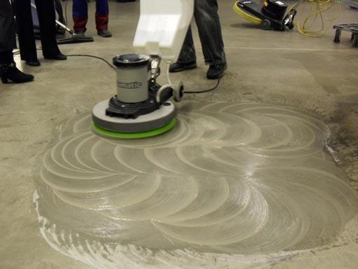 Применение черного пада Твистер на бетонном полу