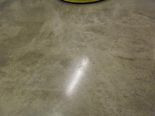 Полировка бетонного пола зеленым алмазным падом без воды