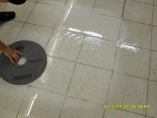 Результат очистки бетонных полов террацо после 6 проходок красным алмазным падом Твистер