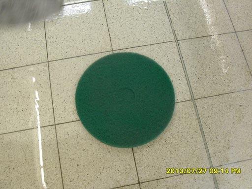 Очистка бетонного пола террацо работаем зеленым алмазным падом
